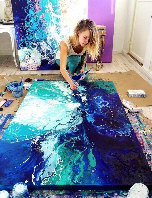 Spotlight on Artist by craft-mart.com: Emma Lindstrom #emma lindström #emmalindstrom #acrylicpouring #acrylicpouringtechnique #acrylicpouringart #acrylicpourpainting #mixedmediaart #fluidacrylicpouring #acrylicpouringtechniques #abstractart