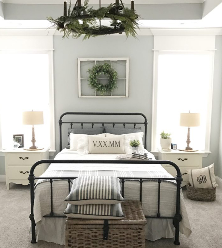 Modern Farmhouse Bedroom Antique Frame & Wreath Walldecor