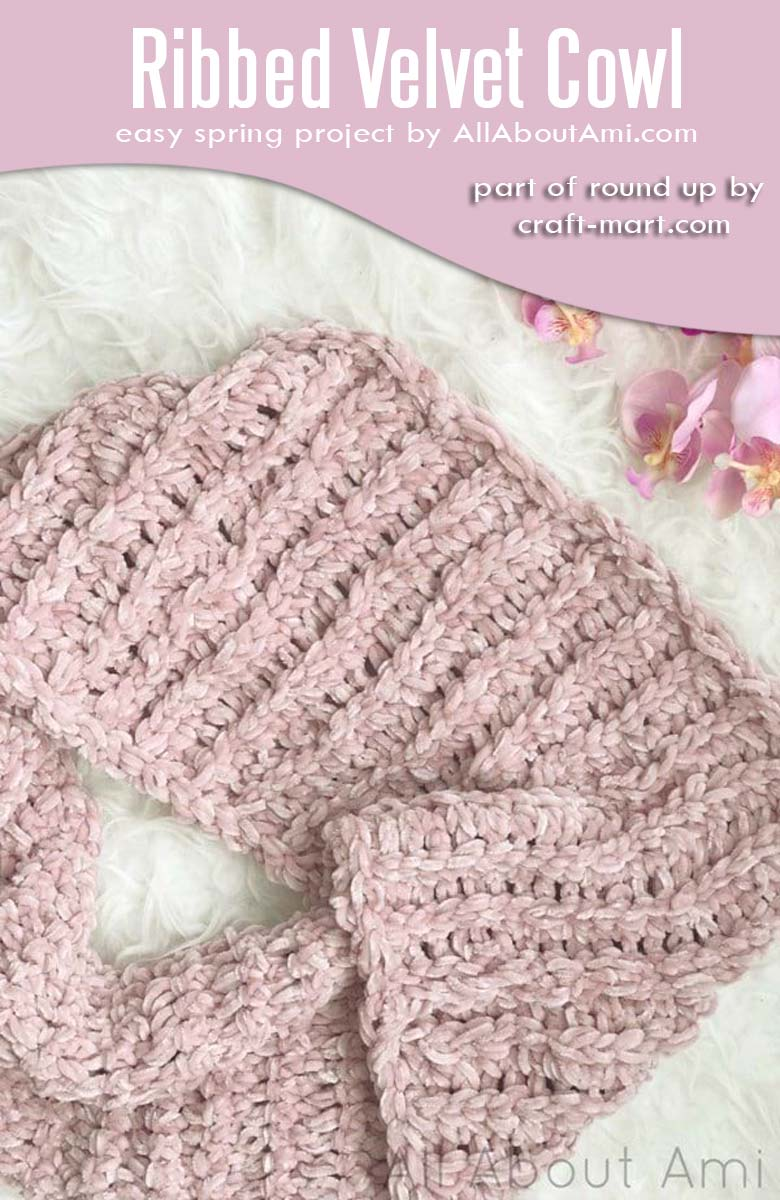 Easy crochet projects for spring and summer - ribbed velvet cowl #easycrochetproject #freecrochetpatterns #crochetcowl