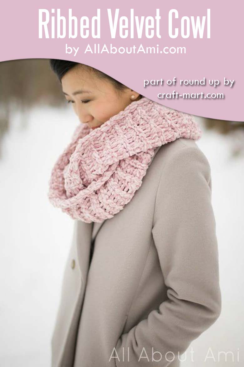 Easy crochet projects for spring and summer - ribbed crochet velvet cowl #easycrochetproject #freecrochetpatterns #crochetcowl