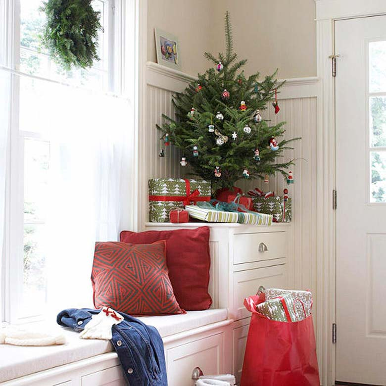 How to decorate a small living room for Christmas - Corner Christmas Tree #smallspaces #tinyhouseliving #smallspaceliving #smallchristmastree #christmastreedecorideas