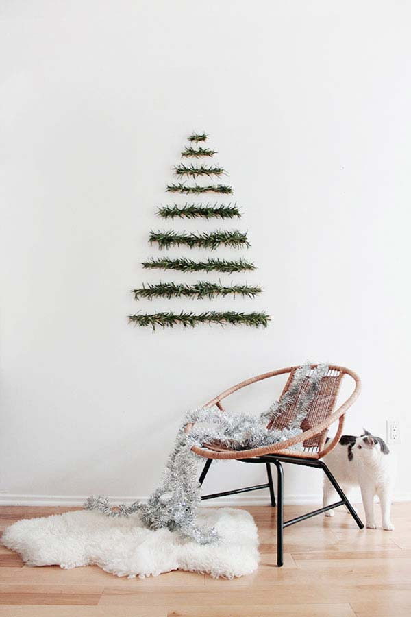 How to decorate a small living room for Christmas - Modern Garland Christmas Tree Alternative #smallspaces #tinyhouseliving #smallspaceliving #alternativechristmastree #christmastreedecorideas #easyDIYdecor