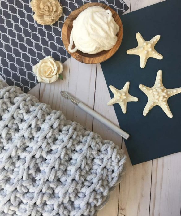 Simple and Easy Crochet Blanket with free crochet pattern by craft-mart.com (FREE Bernat blanket yarn pattern) easy crochet blanket tutorial for chunky DIY crochet blanket #easycrochetblanket #freechunkycrochetblanketpattern