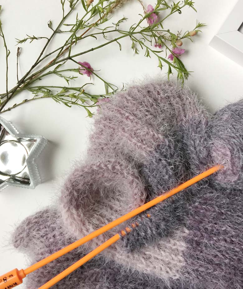 Knit Stitch Patterns: Learn how to knit an easy ribbed infinity scarf with a free pattern and tutorial suitable for beginners by craft-mart.com #freeknittingpattern #caroncakepattern #easyinfinityscarf #learnhowtoknit #knitting4beginners #knitstitchpatterns
